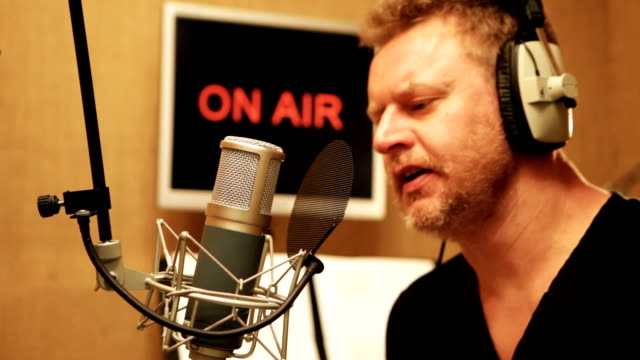 vídeos de stock, filmes e b-roll de talk radio - podcast