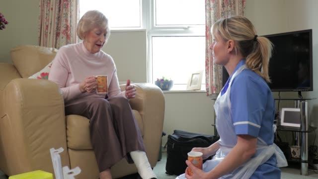 talking a patient through her injury - rana filmów i materiałów b-roll
