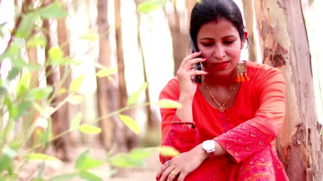 Mulheres indianas de fala no telefone - vídeo