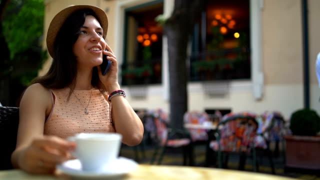 talking på telefon i trottoaren café - tefat bildbanksvideor och videomaterial från bakom kulisserna