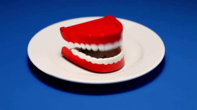 parla denti su piatto - bocca video stock e b–roll