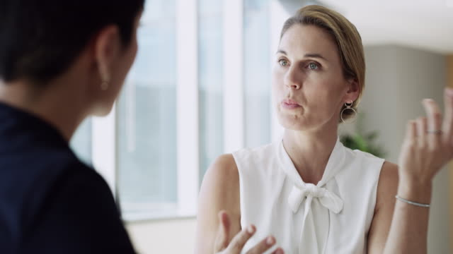 talking through her new strategy - коллега стоковые видео и кадры b-roll