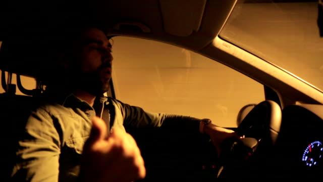 Parler au pilote dans la voiture - Vidéo