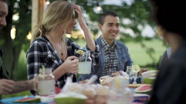 vídeos y material grabado en eventos de stock de hablando con amigos - foto natural