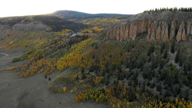 vídeos de stock, filmes e b-roll de penhascos altos acima aspens muito abaixo por drone - condado de pitkin