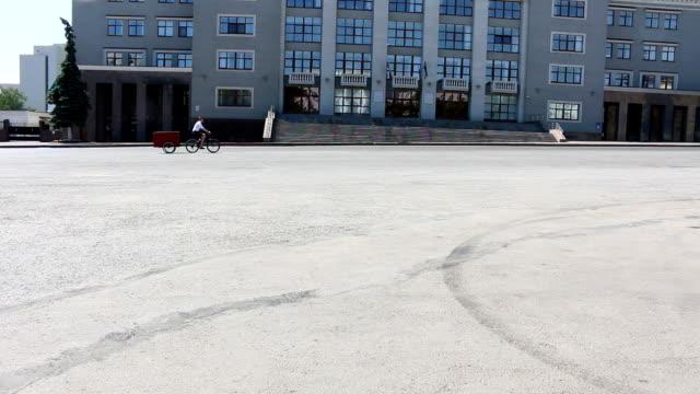 vídeos de stock e filmes b-roll de tall guy riding on new bike-bar in city, riding on a trade place - bike emoji