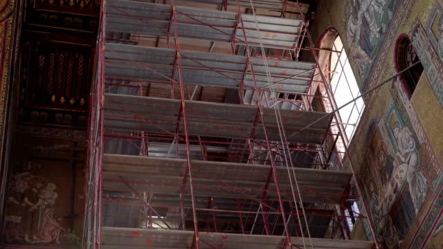 パレルモ シチリア イタリアの教会の中の背の高い足場 - モンレアーレ点の映像素材/bロール