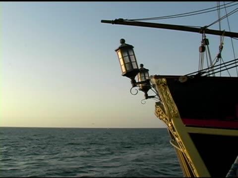 vídeos de stock e filmes b-roll de caravela por inadvertência zoom in (aumentar zoom - embarcação comercial