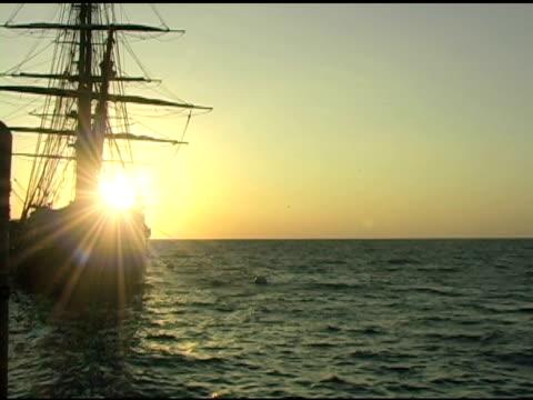 vídeos de stock e filmes b-roll de caravela em sunrise 2 - embarcação comercial