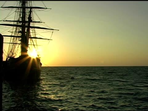 vídeos de stock e filmes b-roll de caravela em sunrise - embarcação comercial