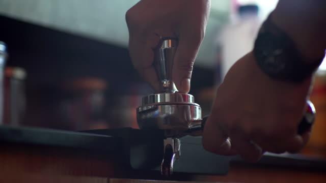 neve tamping caffè espresso-ed - argento metallo caffettiera video stock e b–roll