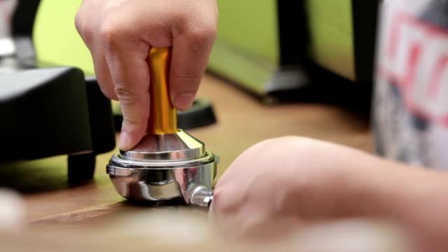 battitura fresca, caffè macinato - argento metallo caffettiera video stock e b–roll