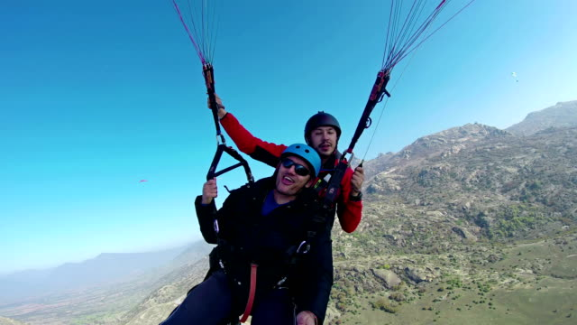 tandem paragliding - парапланеризм стоковые видео и кадры b-roll