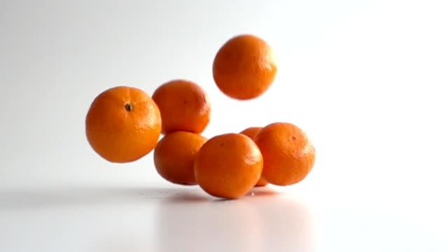mandarinen fallen in zeitlupe - orange stock-videos und b-roll-filmmaterial