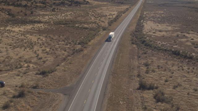 ANTENA: Tanque carro conduciendo por la autopista vacía, transporte de cisterna de aceite - vídeo