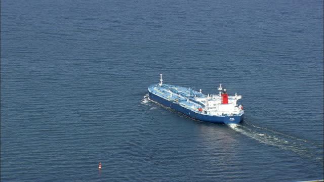 tankfartyget av stora bält-bron - flygfoto - södra danmark, nyborg kommune, danmark - tankfartyg bildbanksvideor och videomaterial från bakom kulisserna