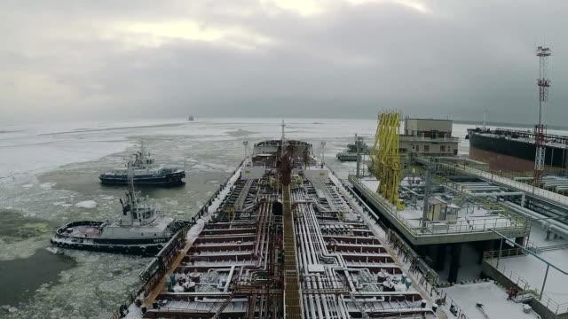 vídeos de stock, filmes e b-roll de navio-tanque está deixando o cais. - países bálticos