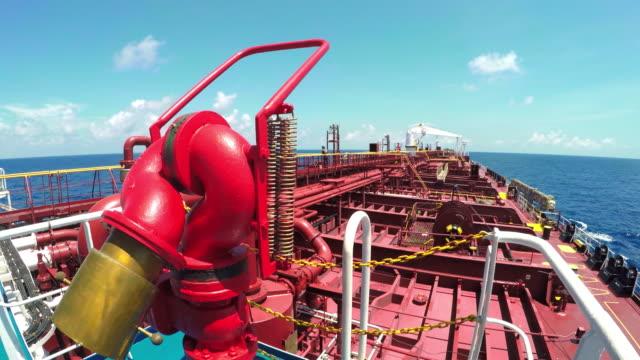 vídeos de stock, filmes e b-roll de navio petroleiro - navio tanque embarcação industrial