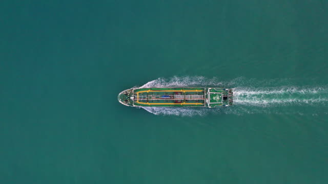 vídeos de stock e filmes b-roll de tanker ship aerial view, oil tanker and gas tanker sailing in open ocean. - navio