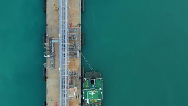 tank fartyg i hamnen, oljeterminal tank fartyg lastning, flyg utsikt. - tankfartyg bildbanksvideor och videomaterial från bakom kulisserna