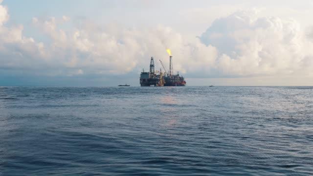 fpso tanker gemisi yakınındaki petrol sondaj platformu platformu. offshore petrol ve gaz endüstrisi - kule stok videoları ve detay görüntü çekimi