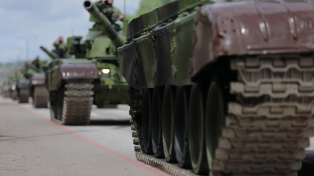 tanks on city streets - битва стоковые видео и кадры b-roll