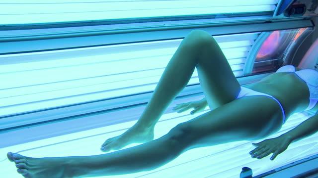 stockvideo's en b-roll-footage met tanning at solarium - gebruind