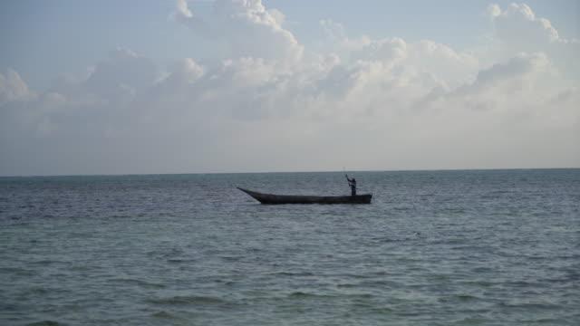 木製のボートでlsタンザニアの漁師 - 漁師 外人点の映像素材/bロール