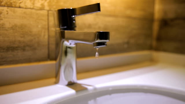 Wasser aus dem Wasserhahn tropft. – Video