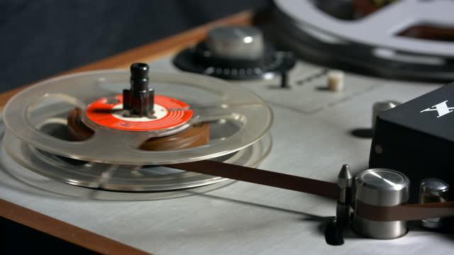 registratore a nastro con bobine - mangianastri video stock e b–roll