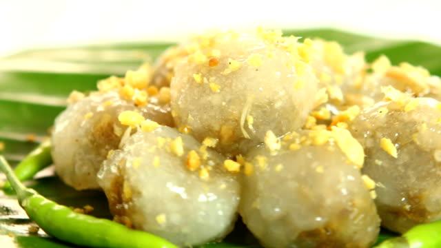 stockvideo's en b-roll-footage met tapioca ballen met vulling van varkensvlees of sago saimu, thaise dessert - {{asset.href}}
