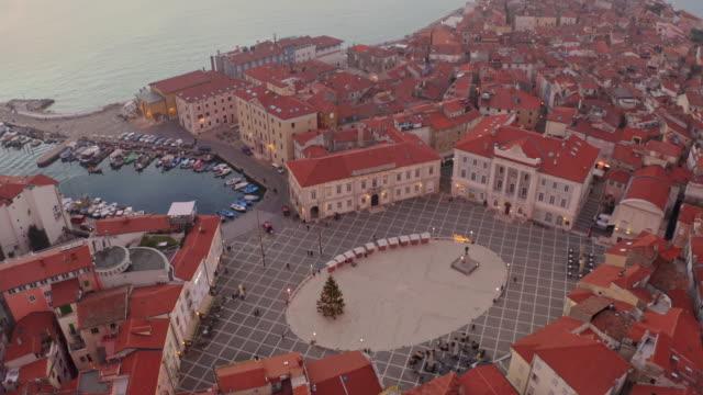 vídeos de stock, filmes e b-roll de praça aérea tartinijev trg e península de piran - eslovênia