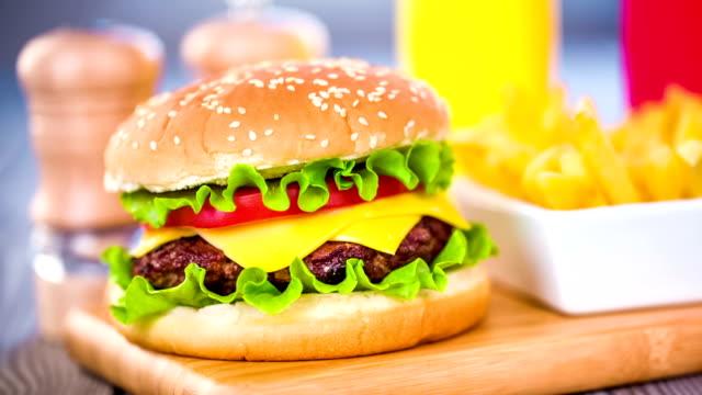 tasty and appetizing hamburger cheeseburger - cheeseburger filmów i materiałów b-roll