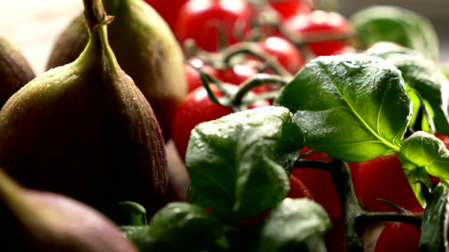 vídeos de stock e filmes b-roll de tasty and healthy fig berry - fig salad