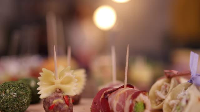 vidéos et rushes de apéritifs savoureux servis lors d'un événement de réseautage - banquet