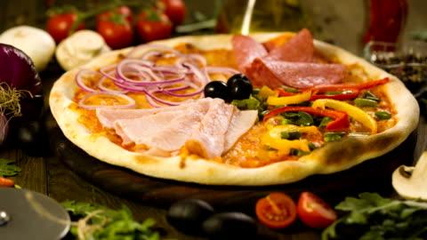 vídeos y material grabado en eventos de stock de sabrosa pizza y los ingredientes en el fondo - rebanada