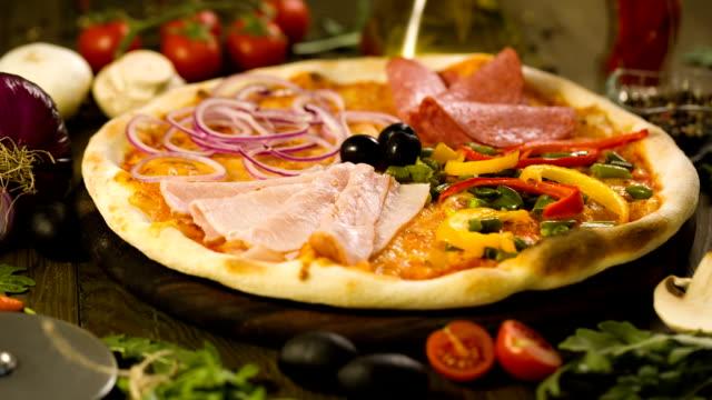 vídeos de stock, filmes e b-roll de saborosa pizza e ingredientes em fundo - fatia