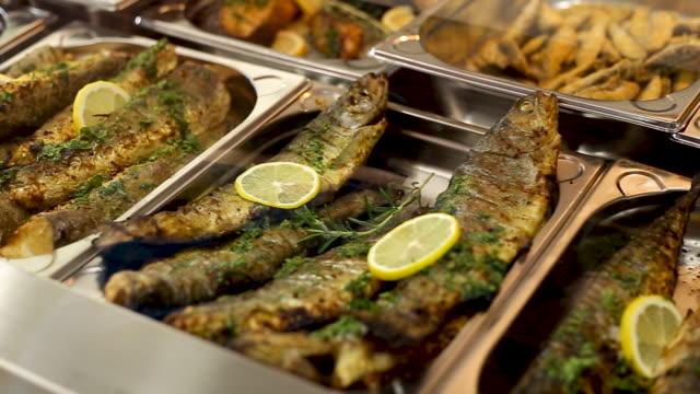 gustosi piatti a base di pesce - full hd format video stock e b–roll