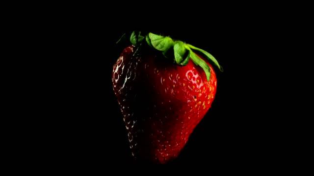 vídeos de stock, filmes e b-roll de saborosa fruta morango - comida salgada