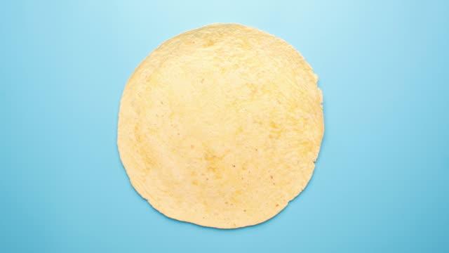 rezept für leckere tex-mex-burrito - döner stock-videos und b-roll-filmmaterial