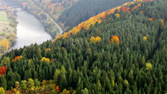tatra berg skog ovanifrån med motorväg- och tågförbindelser bridge nära strecno, slovakien - karpaterna tåg bildbanksvideor och videomaterial från bakom kulisserna