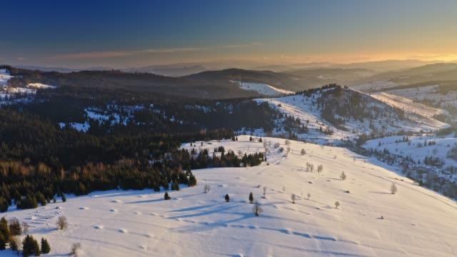 kış aylarında polonya'da tatra dağları, gün doğumunda havadan görünümü - zakopane stok videoları ve detay görüntü çekimi
