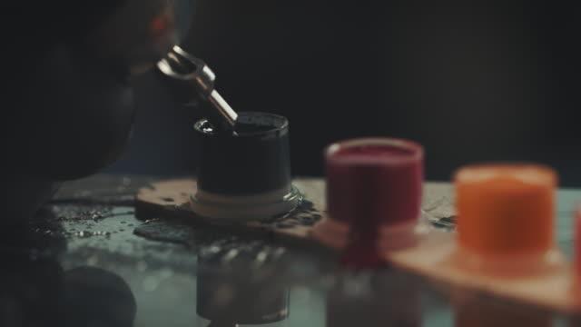 tätowierung künstler tätowieren junge frau - tätowierung stock-videos und b-roll-filmmaterial