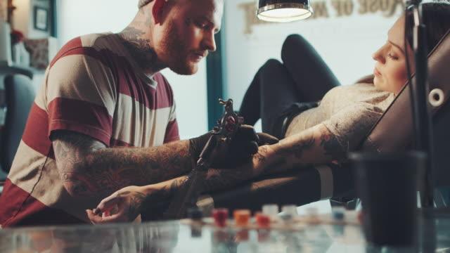 tatuaż artysta tatuowanie młoda kobieta - tatuaż filmów i materiałów b-roll