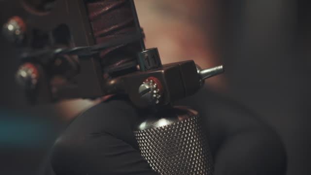 tattoo-gun - tätowierung stock-videos und b-roll-filmmaterial