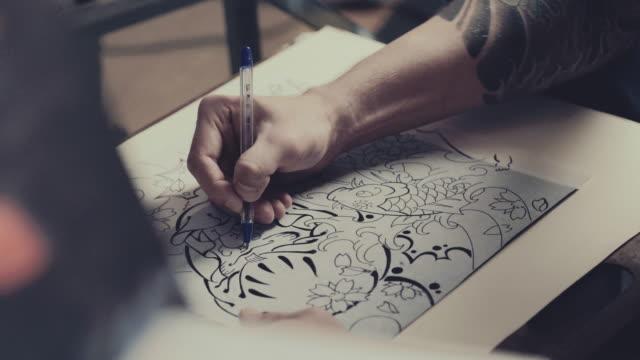 processo di disegno master tatuaggio - arto umano video stock e b–roll