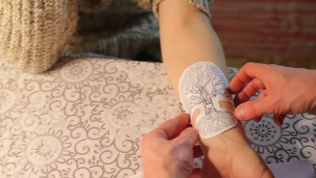 vídeos y material grabado en eventos de stock de preparación del tatuaje - árboles genealógicos