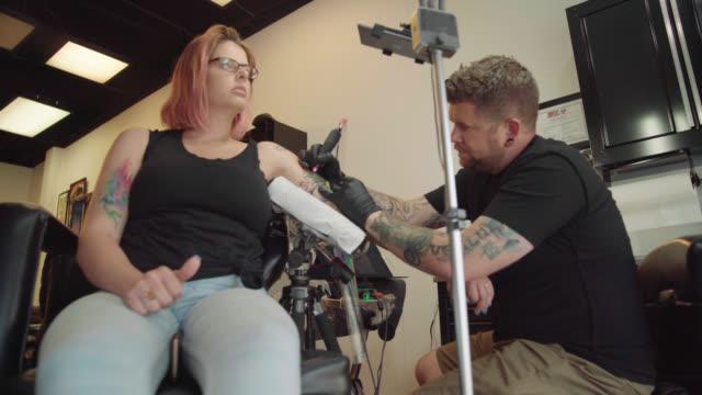 tattoo studio - låg vinkel skott - 30 39 år bildbanksvideor och videomaterial från bakom kulisserna