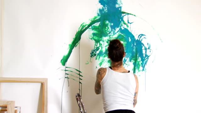 vídeos de stock, filmes e b-roll de tattooed feminino artista pintando ms - pintor
