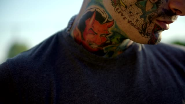 tätowierte junge mann im freien - rebellion stock-videos und b-roll-filmmaterial